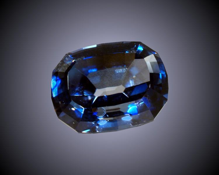 синий драгоценный камень Бенитоит фото