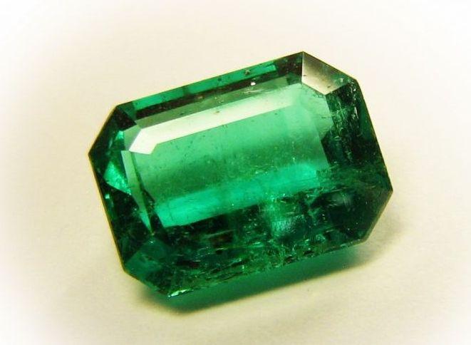 зеленый драгоценный камень изумруд фото